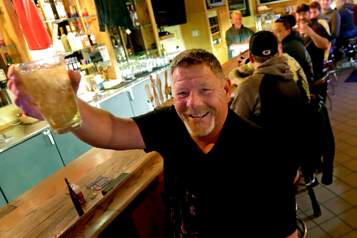 Hosts flooded Wisconsin bars after court blocked Corona virus shutdown order