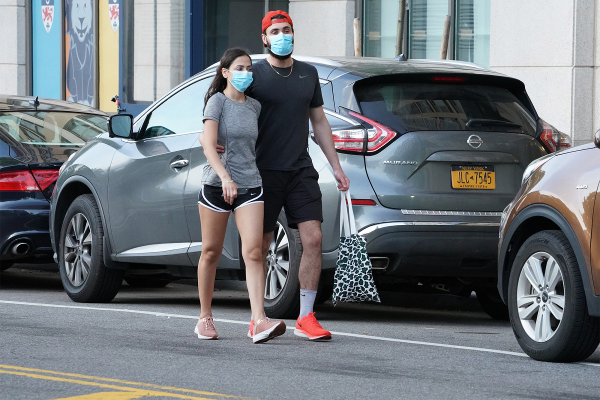 WHO says that only healthy people should wear a mask if they care about coronavirus patients
