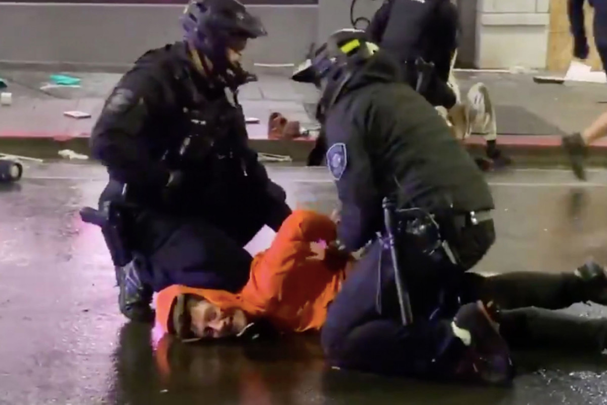Seattle policeman removes Saga's knee from opponent's neck: video