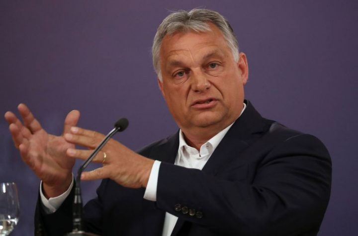 © Reuters. FILE PHOTO: Hungarian Prime Minister Viktor Orban gestures during a news conference in Belgrade