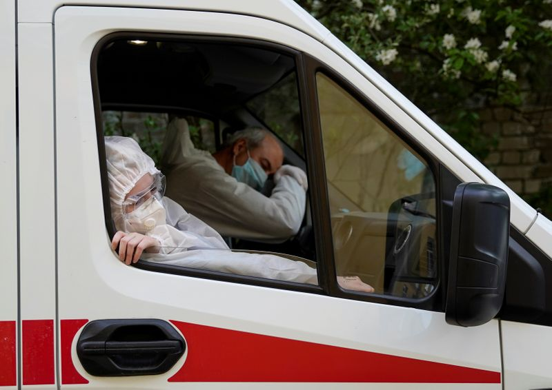 © Reuters. FILE PHOTO: Paramedics carry out their duties amid the coronavirus disease outbreak in Tver