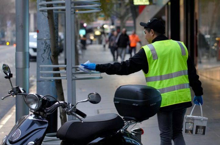 © Reuters. An essential worker sanitises surfaces under COVID-19 lockdown restrictions in Melbourne