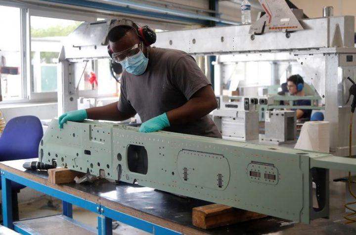 © Reuters. Workers at Rafaut manufacturer near Paris
