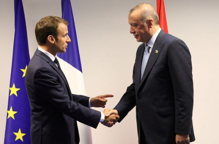 © Reuters. FILE PHOTO: France's President Emmanuel Macron shakes hands with Turkey's President Recep Tayyip Erdogan ahead of a bilateral meeting on the sidelines of a NATO summit in Brussels in 2018