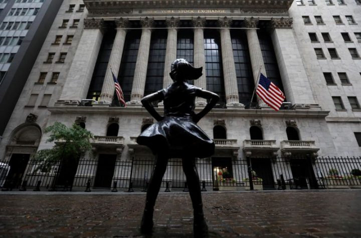 © Reuters. The Fearless Girl statue is seen outside the NYSE in New York
