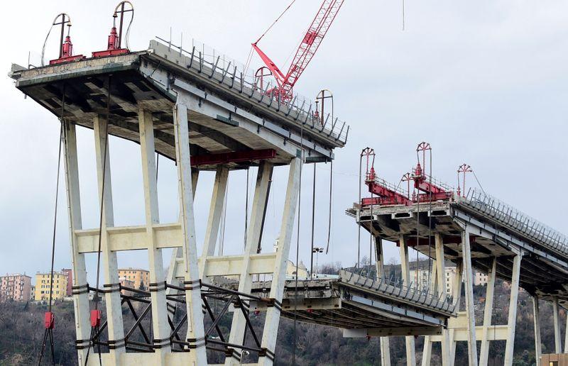 © Reuters. FILE PHOTO: General view on the collapsed Morandi Bridge in Genoa, Italy