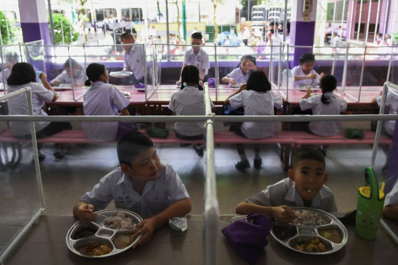 © Reuters. Schools in Thailand reopen amid the spread of the coronavirus disease (COVID-19)
