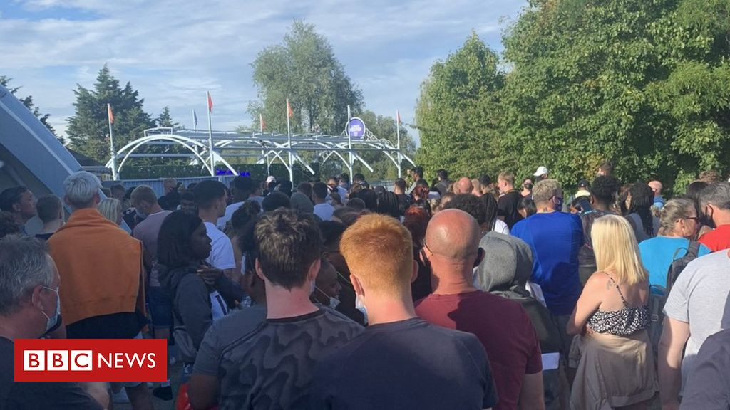 Thorpe Park: Man 'slashed in stomach' in stabbing