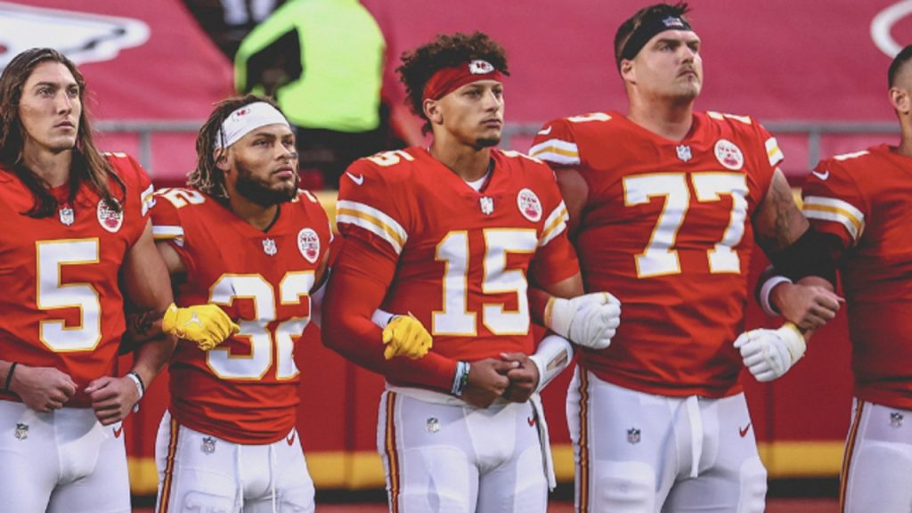 Texans stay in the living room, locking weapons during Chiefs pre-game songs