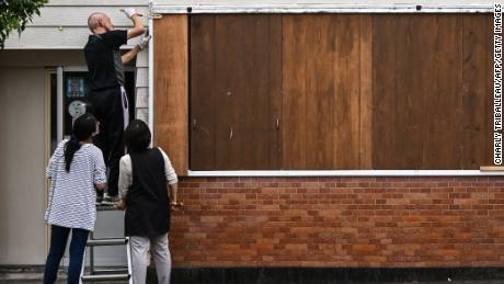 On September 5, a man blocked his hairdresser before Typhoon Haishen approached Makurajaki in Kagoshima Prefecture.