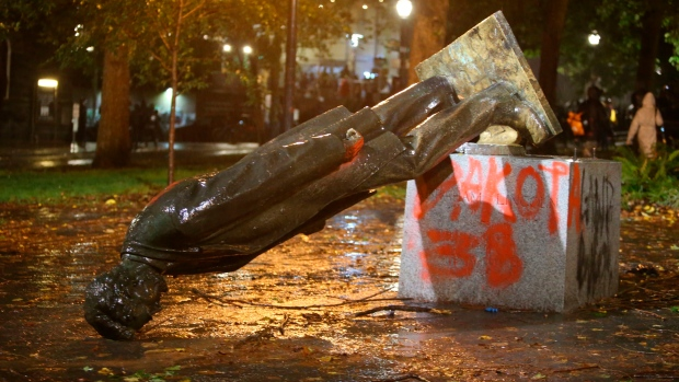 Protesters demolish Roosevelt and Lincoln statues in Portland