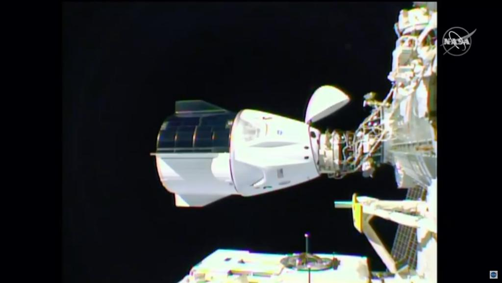 The SpaceX capsule with 4 astronauts arrives at the space center