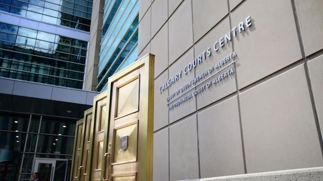 Trois portes en or à côté du signe du centre des cours de l'Alberta.