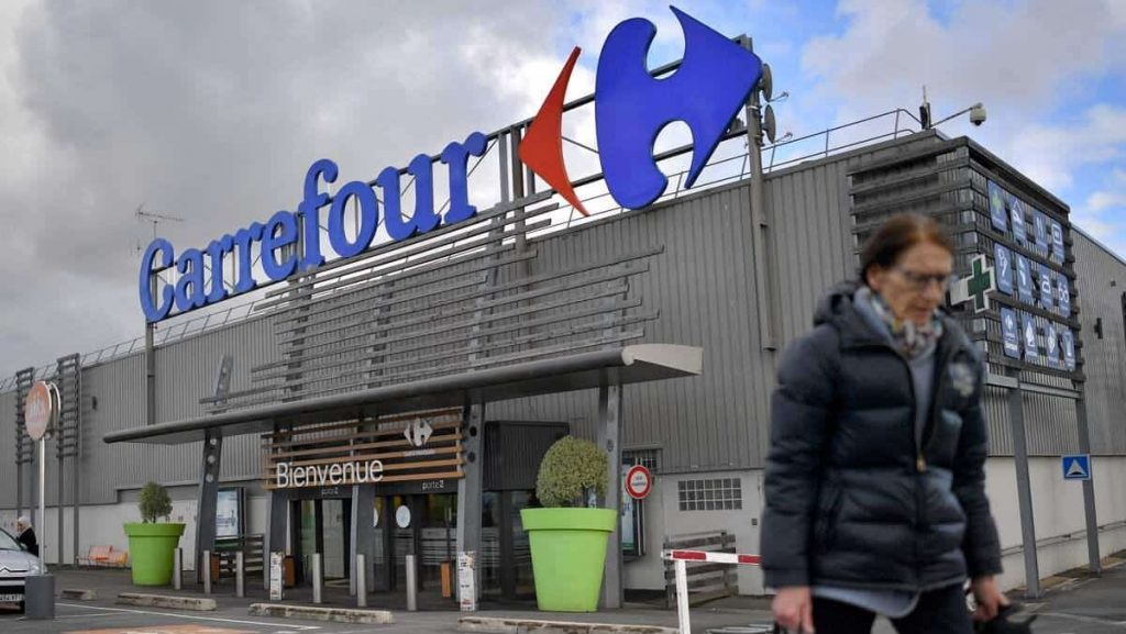 Carrefour scolded Couche-Tard on Twitter