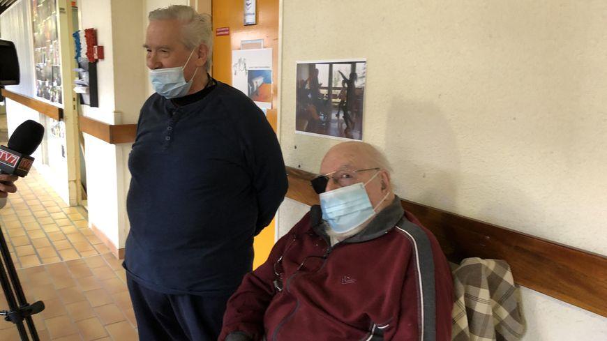 Christian (à gauche) veut faire passer le message pour convaincre les gens de se faire vacciner.