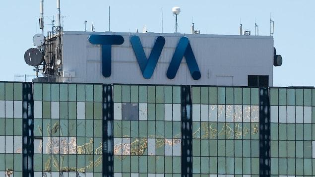 Logo bleu de TVA sur le toit d'un immeuble.