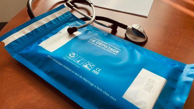 Donné par le médecin traitant, ce kit permet de réaliser chez soi le dépistage du cancer colorectal.