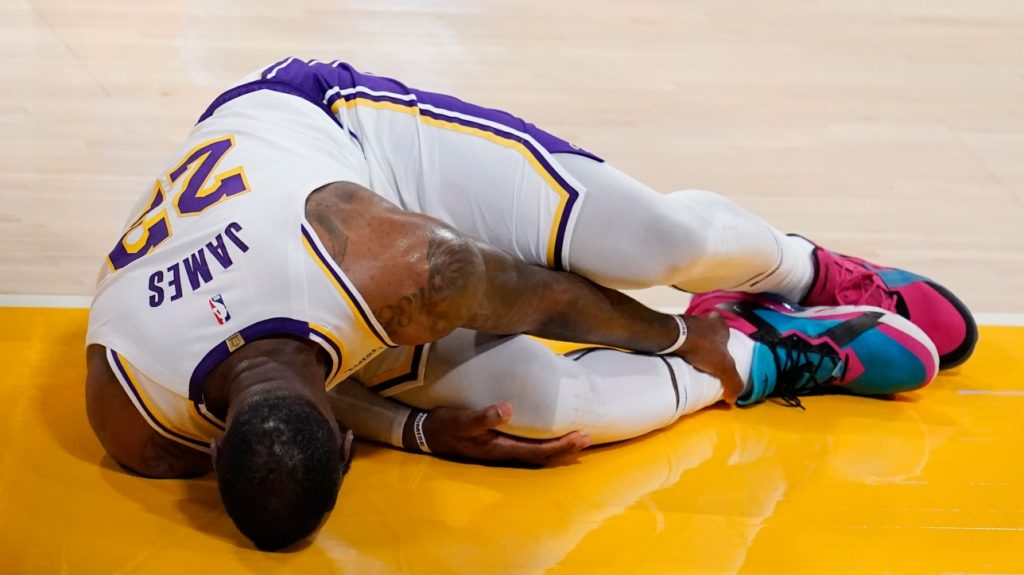 NBA: LeBron James leaves the game in front of the Hawks with an ankle injury