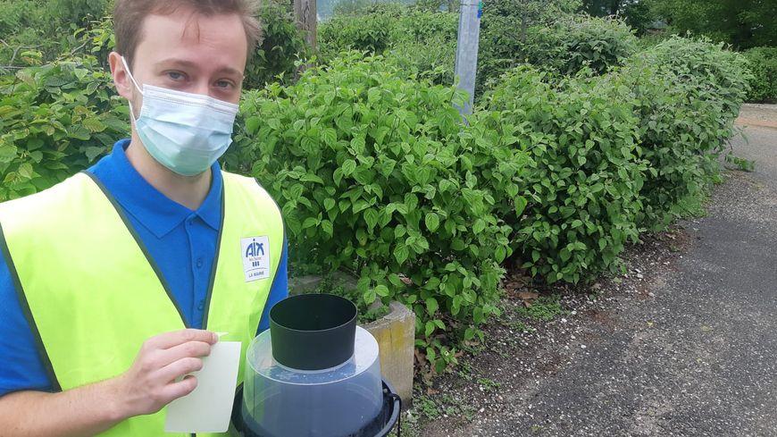 Brayan, un des agents de moustification, avec le piège à moustique tigre