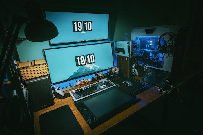 modele de chambre gaming avec des équpements informatiques et des objets de deco geek