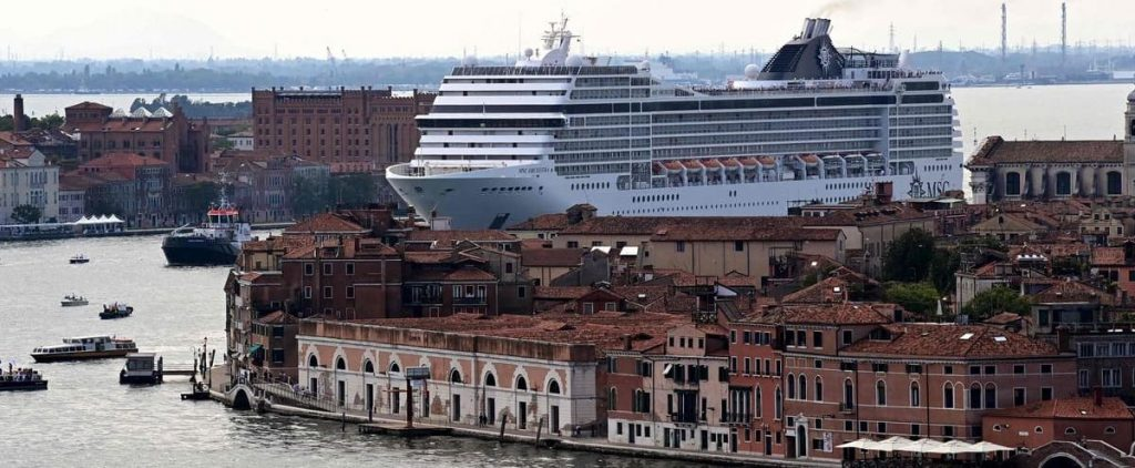 Venice reopens its lagoon to cruisers in a tense atmosphere