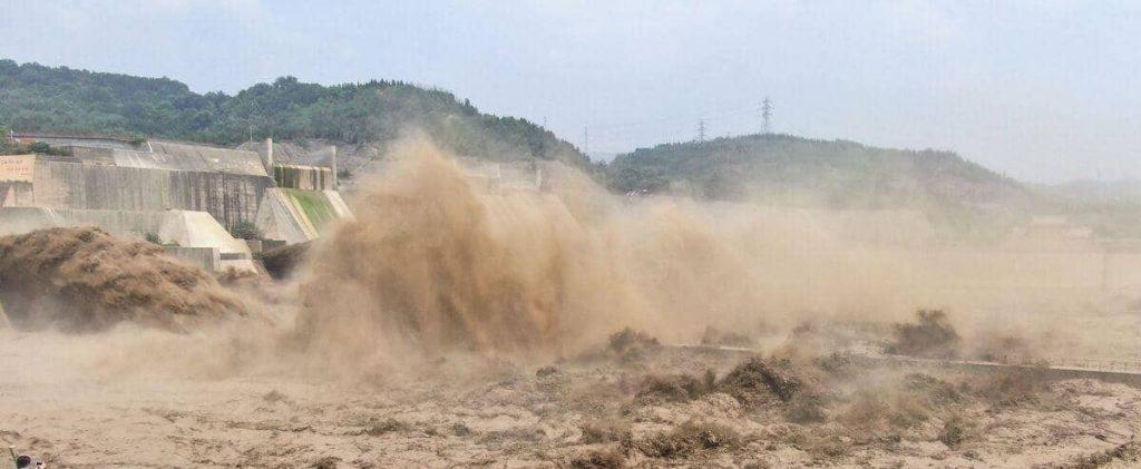 Bad weather in China: Weak dam threatens seven million people