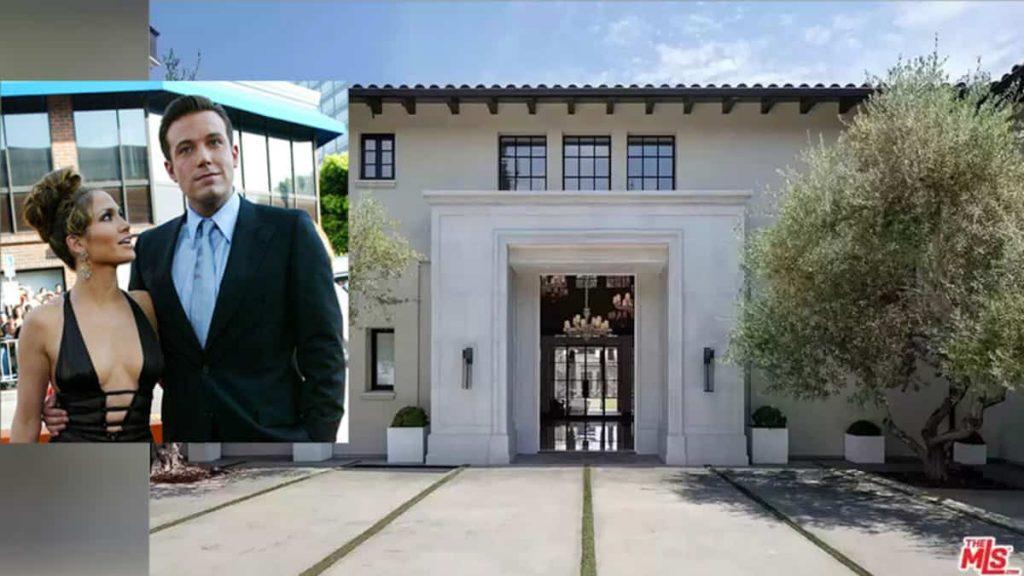 Jennifer Lopez visits a breathtaking building with Ben Affleck