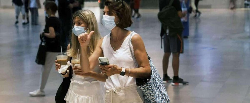 Vaccinated Americans must wear masks in dangerous areas