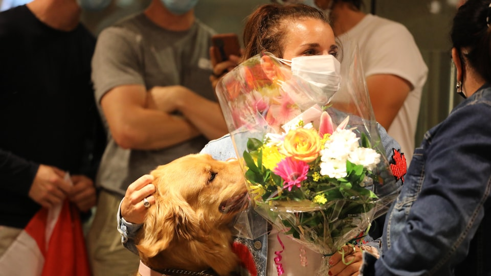 Andrian grabbed the bouquet while praising the dog.