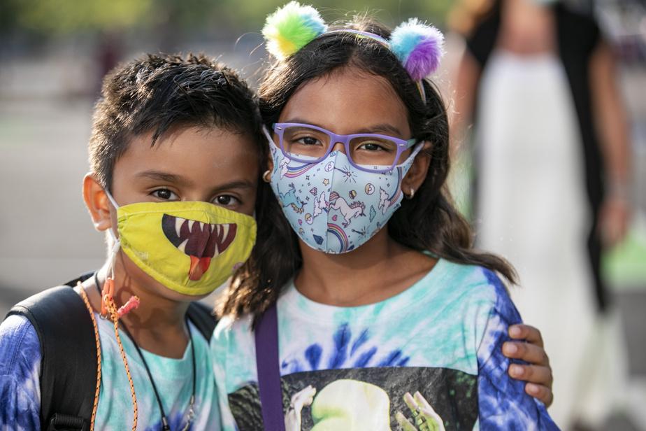 Dylan et Aliyah portent leurs masques avant d'entrer en classe.