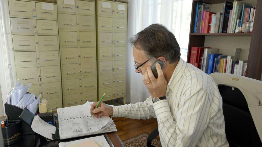 Un médecin au téléphone dans son cabinet (illustration).
