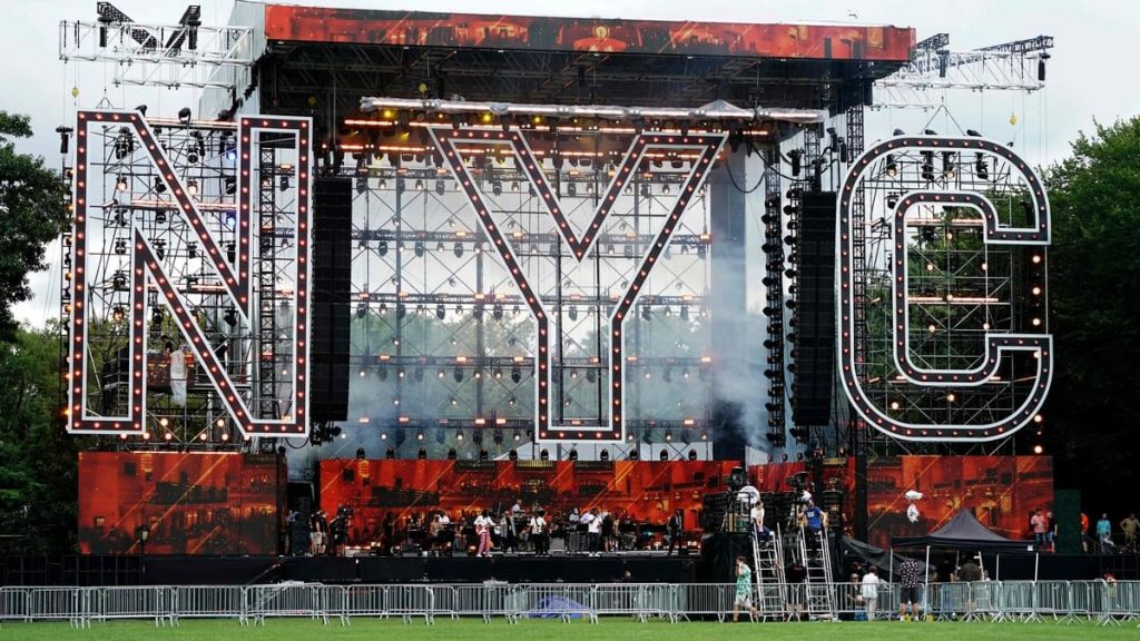 Thousands of spectators are waiting for the prestigious concert in Central Park