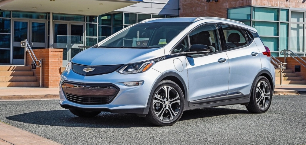 With the new battery, how many kilometers can the 2017 Chevrolet Bolt EV travel?