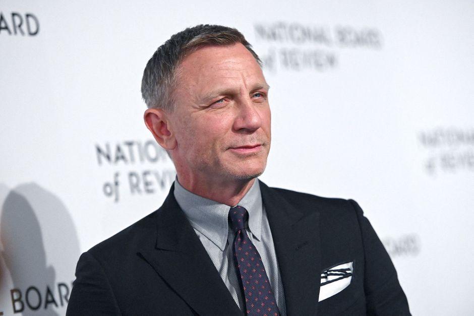 Daniel Craig bids farewell to the James Bond film crew