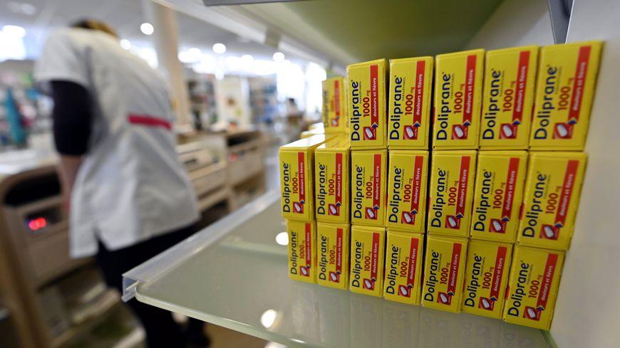 Du paracétamol, des sprays pour le nez, des pastilles pour la gorge... C'est ce que vendent le plus les pharmaciens en ce moment.