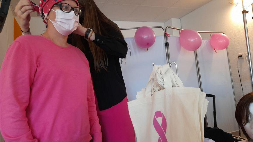 Ce lundi, l'hôpital privé le Bois, à Lille, proposait des ateliers de bien être et de socio-esthétique aux patientes atteintes par le cancer du sein, dans le cadre d'Octobre rose.