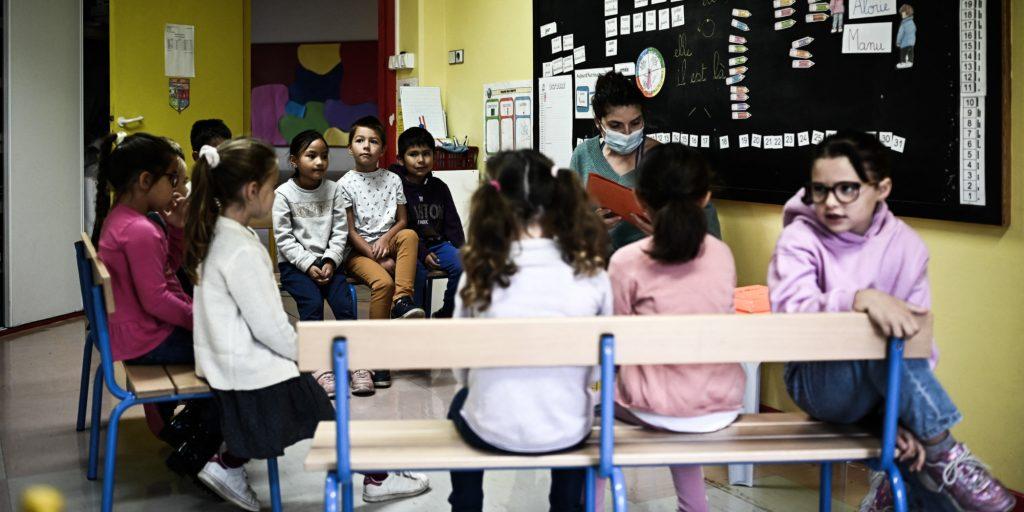 Many school children (finally?) Removed the mask